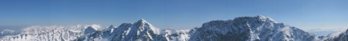 Panoráma z vrcholu Spálené. Vzadu Vysoké Tatry. V popředí zleva Volovec, Ostrý Roháč, Plačlivé, Tri kopy, Baníkov.