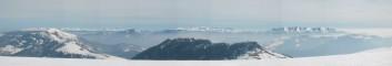 Panoráma z Ploské. Vidět je zleva vpředu: Rakytov a Černý kameň. Vzadu zleva:Západné a Vysoké Tatry, od středu doprava pak kompletní hřeben Nízkých Tater.